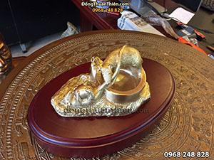 Gạt Tàn Chuột Cắp Trứng Bằng Đồng