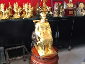 Tượng đồng Bác Hồ ngồi ghế mây 42cm dát vàng 9999 - Q0581