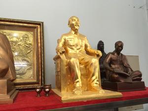 Tượng đồng Bác Hồ ngồi ghế thếp vàng 9999 - Q0521