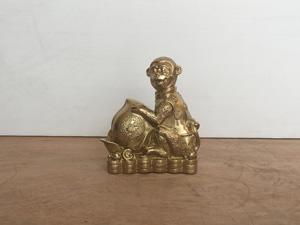 Tượng đồng con Khỉ ôm đào cao 20cm - Q0401