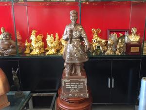 Tượng đồng Trần Quốc Tuấn khảm ngũ sắc 70cm - Q0582