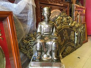 Tượng đồng Trần Quốc Tuấn ngồi ám màu 42cm - Q0636