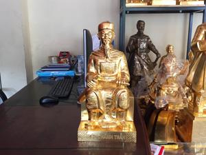 Tượng Đức Thánh Trần ngồi bằng đồng đỏ thếp vàng 42cm - Q0622